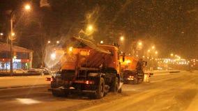 电烫,俄罗斯- 11月05 2016年:运转在城市街道的路的除雪机 股票视频