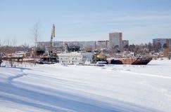 电烫,俄罗斯- 3月11 2017年:造船厂在死水河 库存图片