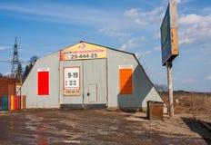 电烫,俄罗斯- 4月16,2016 :金属屋顶materia的中心 库存图片