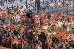 电烫,俄罗斯- 3月31,2016 :金属生锈的锁新marri 免版税库存照片