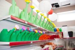 电烫,俄罗斯- 3月04 2016年:经济物品在商店 库存照片