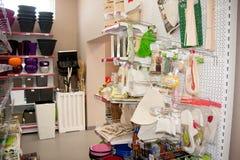电烫,俄罗斯- 3月04 2016年:经济物品在商店 库存图片