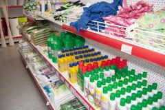 电烫,俄罗斯- 3月04 2016年:经济物品在商店 免版税库存照片