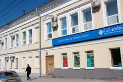 电烫,俄罗斯- 4月30 2016年:购物在二层楼的房子里 图库摄影