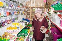 电烫,俄罗斯- 3月04 2016年:年长妇女在商店 免版税库存图片