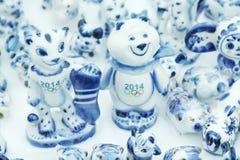 电烫,俄罗斯- 2014年1月6日:纪念品老虎和熊-标志 库存图片