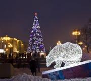 电熊和圣诞树 免版税库存照片