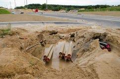 电电缆电汇防护管放置道路施工 库存图片