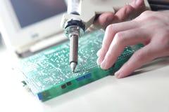 电真空焊剂吮吸者Desoldering泵浦在实验室 图库摄影