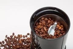 电研磨机机器用烤咖啡豆 免版税库存图片