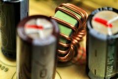 电磁式卷和电容器在一个电子委员会 免版税图库摄影