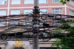 电线和杆在一个街角在中国 免版税库存照片