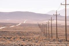 电线杆通过沙漠跑在死亡谷亚利桑那 库存照片