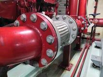 电线软管不锈为工业消防队员系统红色管道系统和阀门水泵 Fireprotection 免版税库存图片