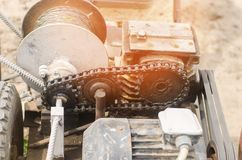 电绞盘或耕地机农业劳动,种田,耕种、工农业、链机制和齿轮特写镜头的 图库摄影