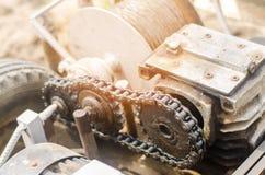 电绞盘或耕地机农业劳动,种田,耕种、工农业、链机制和齿轮特写镜头的 库存照片