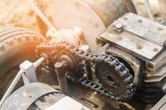 电绞盘或耕地机农业劳动,种田,耕种、工农业、链机制和齿轮clos的 库存照片