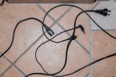 电缆在地面上宽松地说谎 免版税库存照片