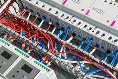电缆在穿孔的有线电视频道放置了在接触器和设备之间 免版税库存照片