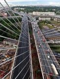 电缆坚持的桥梁的建筑在圣彼德堡, Russi 免版税库存照片