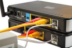 电缆无线网络连接的路由器 库存照片