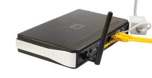电缆无线网络连接的路由器 免版税库存图片