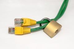 电缆lan被锁定的挂锁 库存图片