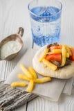 电罗经用土豆、肉、蕃茄在皮塔饼面包,立场和dzatz 免版税库存图片