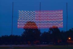电美国国旗在平原乔治亚,美国的第39位总统,卡特总统的家的晚上 库存图片