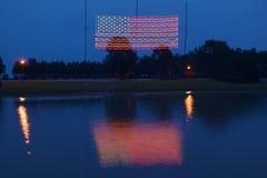 电美国国旗在平原乔治亚,美国的第39位总统,卡特总统的家的晚上 库存照片