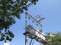电能变压器在三角洲星连接了,都市供应的 库存图片