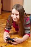 电脑游戏女孩愉快使用少年 免版税库存图片