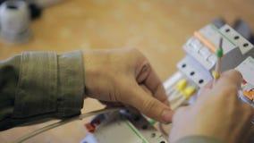 电衣裳分泌树液与指定的阶段在导线在交换机 影视素材