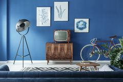 电视、自行车和灯在客厅 库存图片
