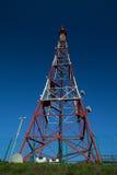 电信广播塔在蓝天下 免版税库存照片