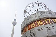 电视塔和worldclock (Fernsehturm, Weltzeituhr柏林) 免版税库存照片