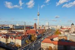 电视塔在有地平线的柏林市 免版税库存照片