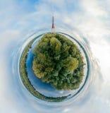 电视塔球形行星 桥梁和房子在里加市,拉脱维亚360 VR虚拟现实的,全景寄生虫图片 库存照片