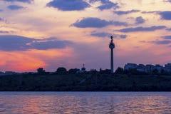 电视塔(130m)在GalaÈ›我反映多瑙河的日落的罗马尼亚 免版税库存照片