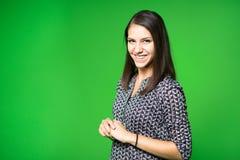 电视天气新闻记者在工作 新闻停住提出世界天气报告 电视在一个绿色屏幕的赠送者录音 免版税库存照片