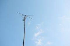 电视天线有蓝天背景 免版税库存图片