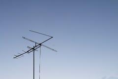 电视天线被设置反对蓝天 库存图片