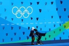 电视工作人员工作在花样游泳二重奏技术惯例期间的玛丽亚Lenk水生中心在2016个夏季奥运会 免版税库存照片