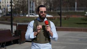 电视新闻工作者从冲突区域报告 股票视频
