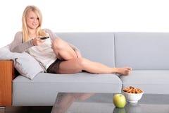 电视注意的妇女年轻人 免版税库存图片