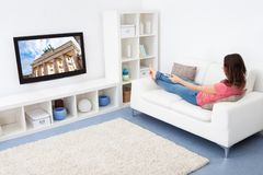 电视注意的妇女 免版税图库摄影
