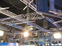 电视演播室光设备,聚光灯捆,缆绳, mic 免版税库存照片