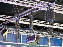 电视演播室光设备,聚光灯捆,缆绳, mic 免版税库存图片