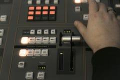 电视编辑与在电视broadca的音频录影搅拌器一起使用 免版税库存图片
