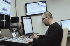 电视编辑与在电视broadca的音频录影搅拌器一起使用 免版税库存照片